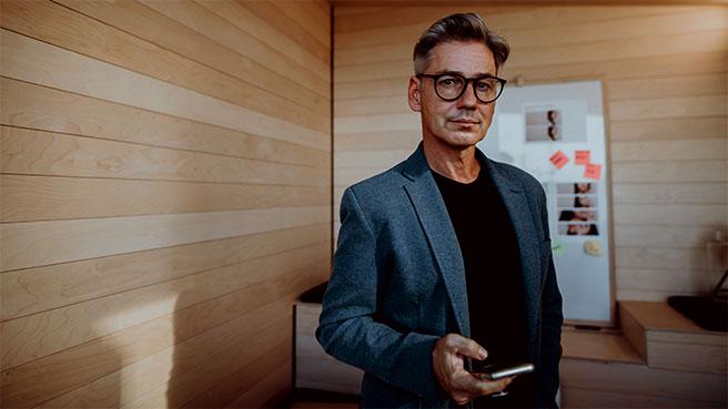Frilans IT-konsulent med mobilen i hånden
