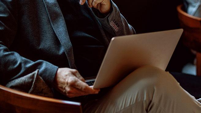 It-utvikler ser på laptop