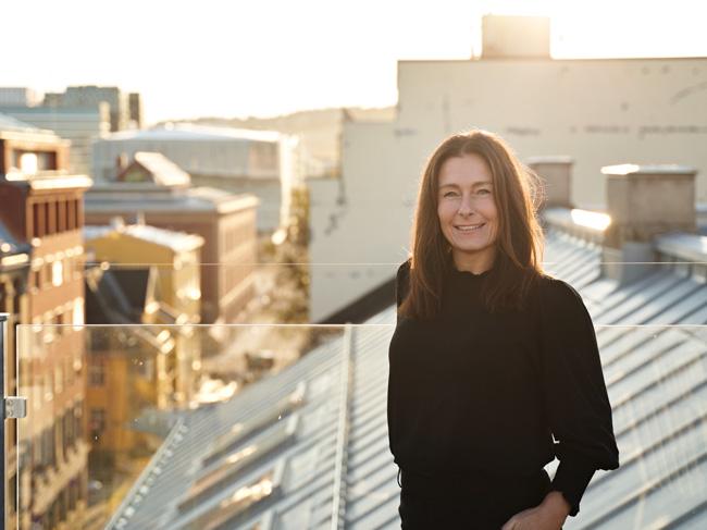Mari Ann Vassgård står på toppen av et bygg i Oslo