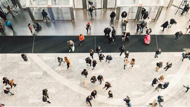Mennesker som går inn i en high tech bygning
