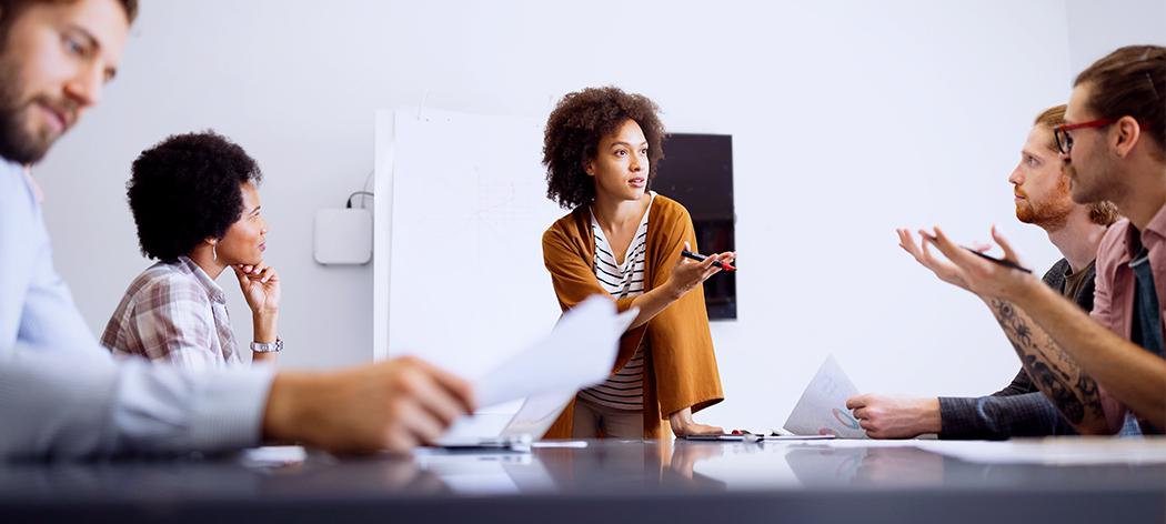 IT-prosjektleder som lytter og bestemmer under et møte