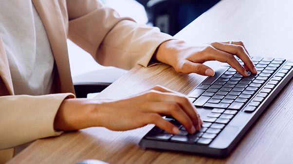 prosjektleder som skriver på tastatur